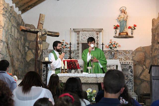Bispo da Guarda em encontro com os padres por ele ordenados.